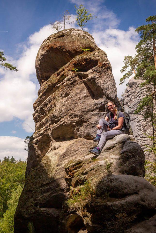 Op één van de rotsen zitten in Prachov rocks in Bohemian Paradise.