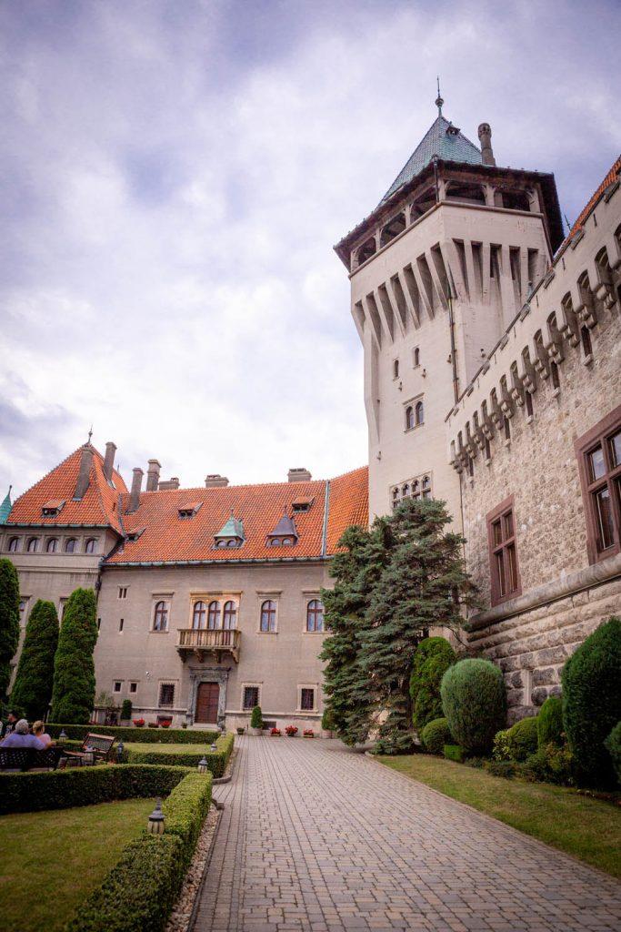 Het kasteel Smolenice met een toren en binnenplaats in Slowakije