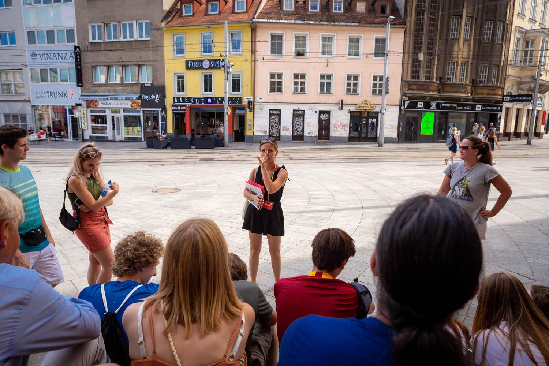 Gids van de free walking tour Bratislava legt iets uit over der stad