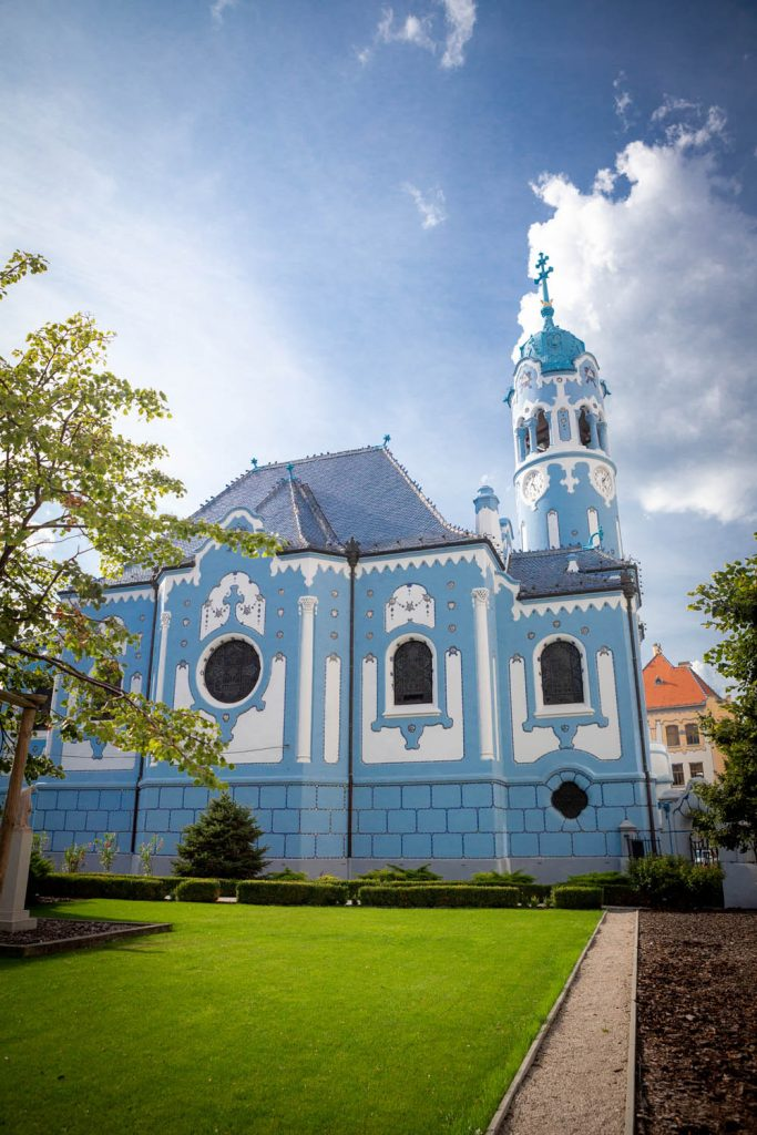 De knalblauwe art deco Blue Church in Bratislava