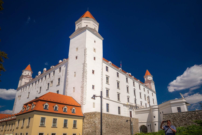Het witte gerestaureerde kasteel in Bratislava op een heuvel in de stad: de burcht van Bratslava