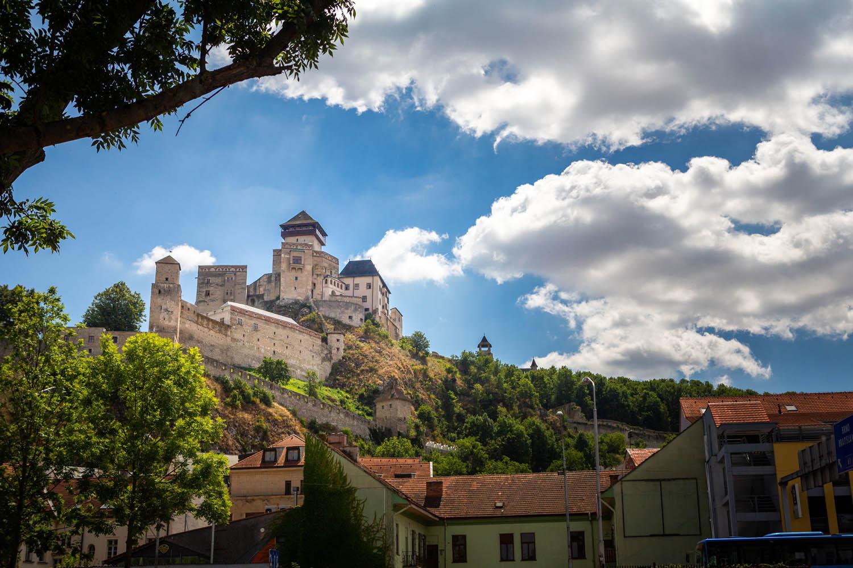Het kasteel van Trencin op een berg naast het dorp Trencin in Slowakije