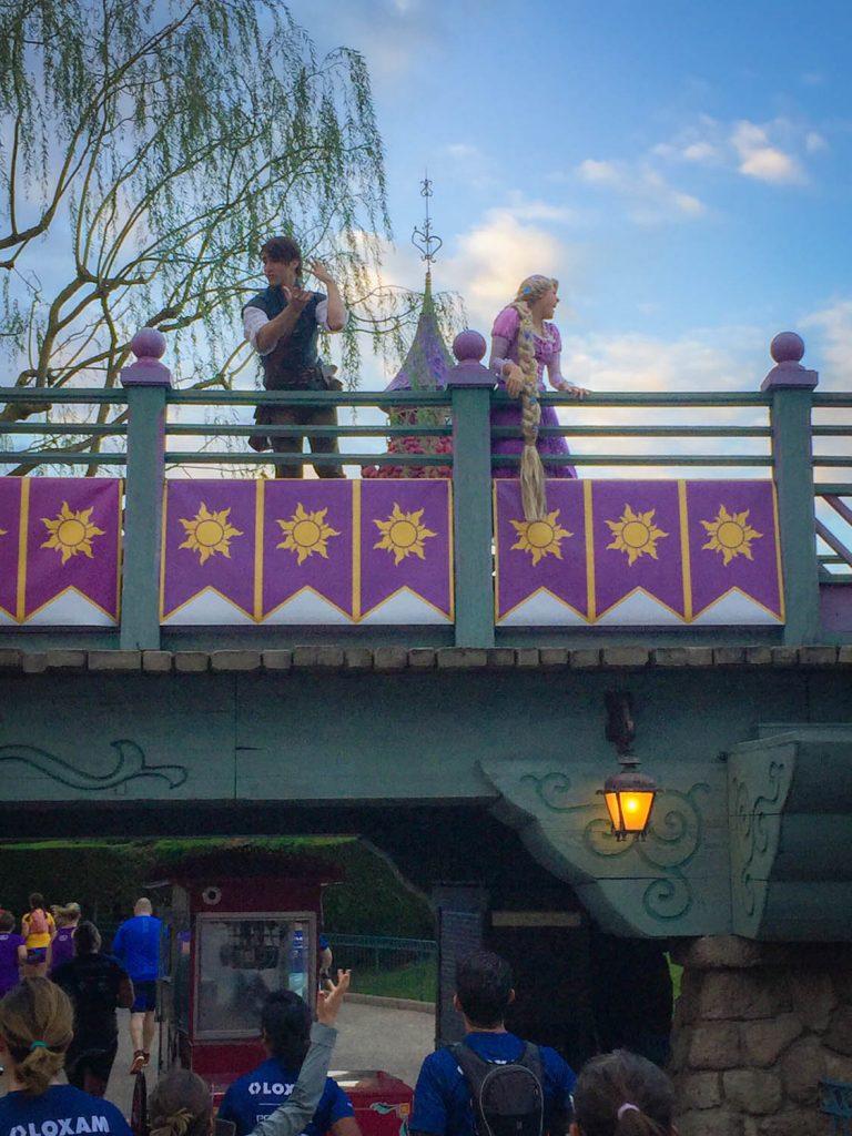 Characters Eugene en Rapunzel op een brug in Fantasyland.