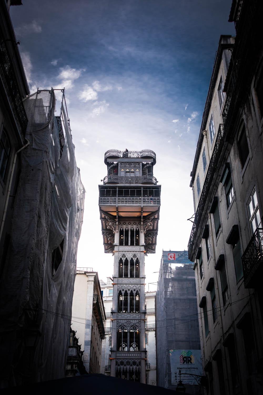 De lift Santa Justa omgeven door gebouwen in Lissabon