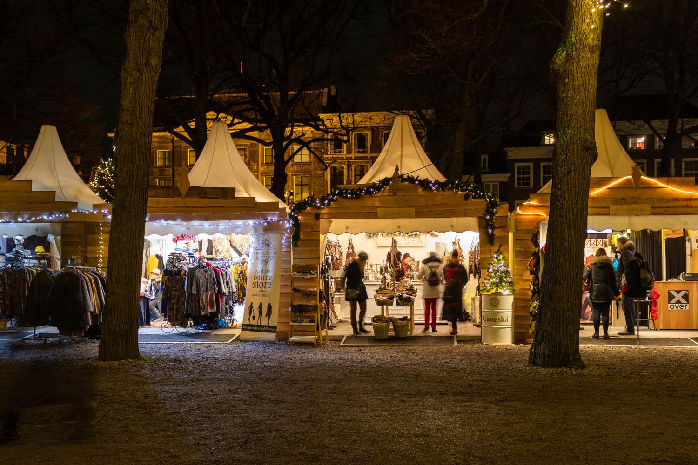 De chaletjes van de kerstmarkt Royal Christmas Fair in Den Haag