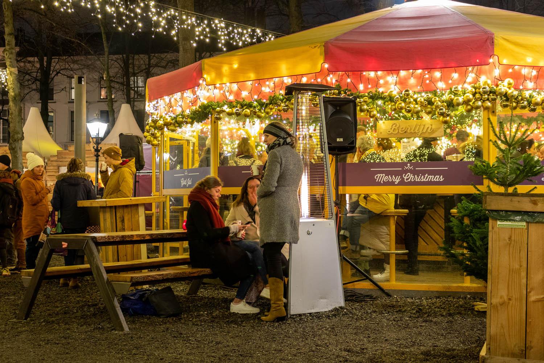 Opwarmen bij een kampvuur op de kerstmarkt in Den Haag.