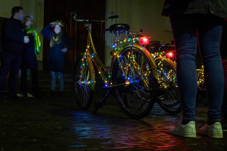 Gouden fietsen verlicht met kerstlampjes: kerst in Den Haag