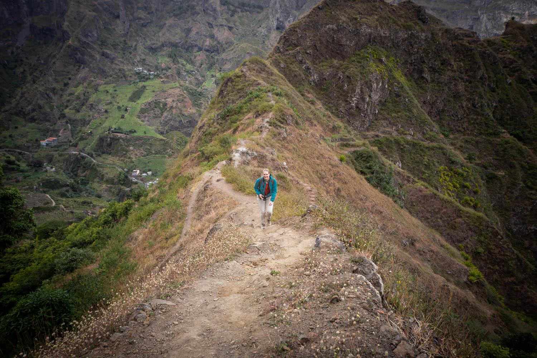 Manouk wandelt op de top van een berg in de vallei van Paúl in Kaapverdië.