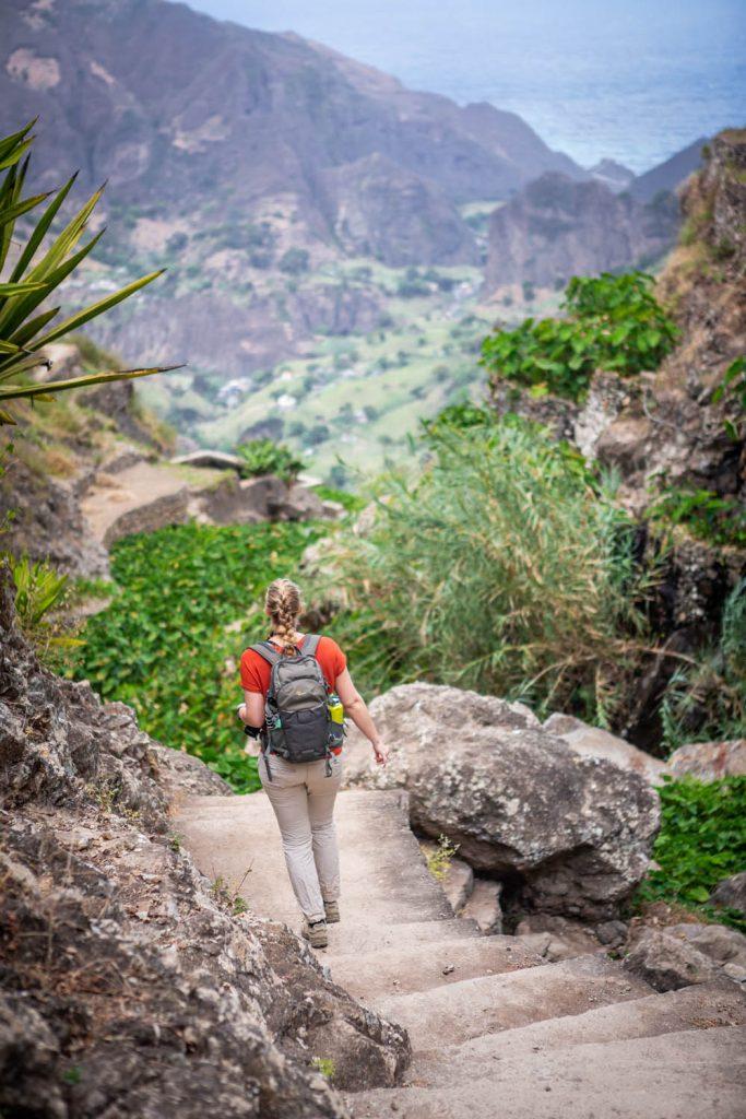 Manouk loopt op een pad tussen de plantages op het bergachtige Santo Antão.