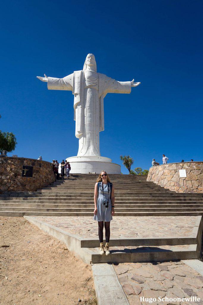 Meisje staat voor standbeeld van Cristo de la Concordia in Cochabamba in Bolivia.