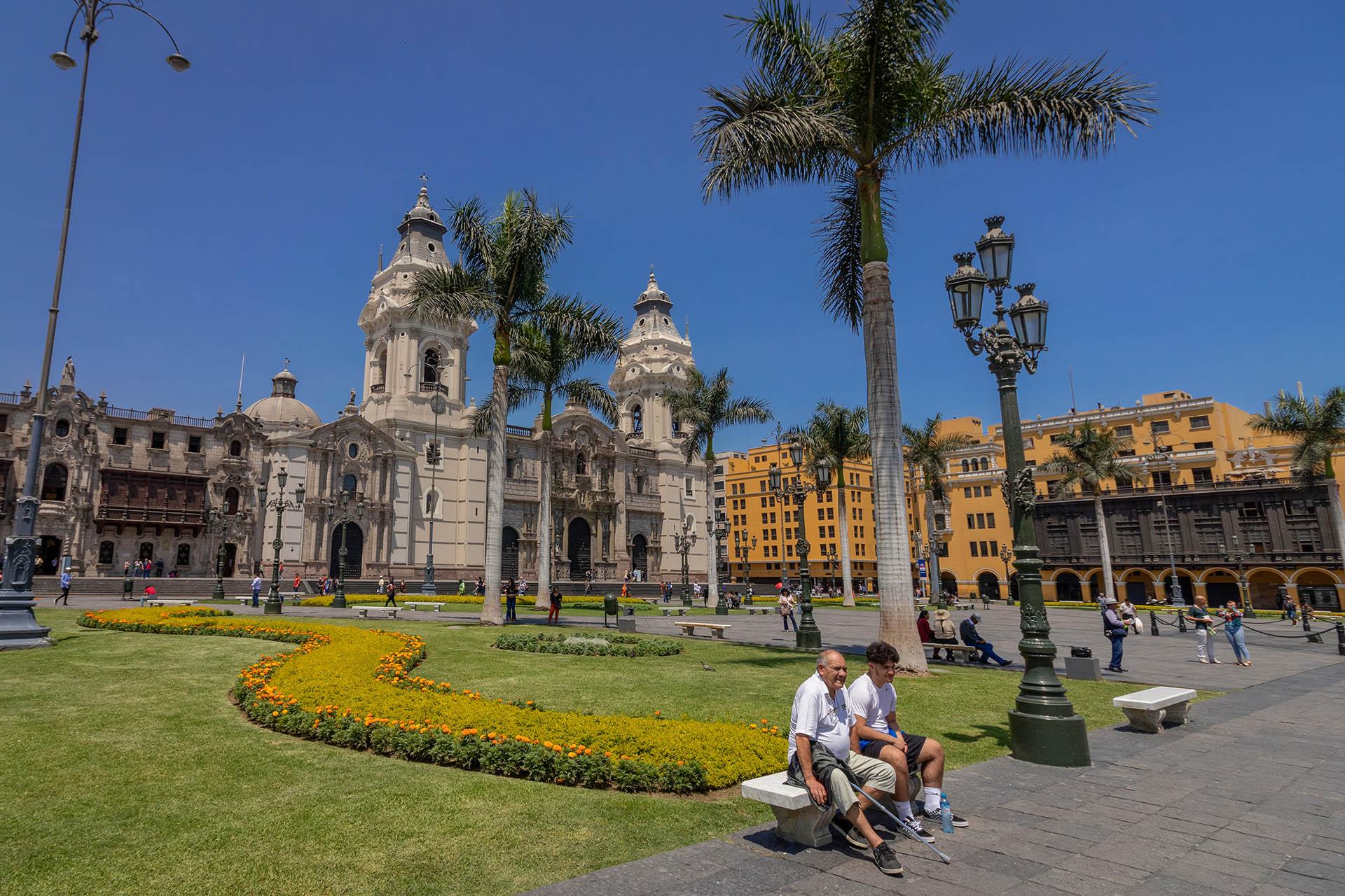 Plaza de Armas in het oude centrum van Lima, met palmbomen en de kathedraal.
