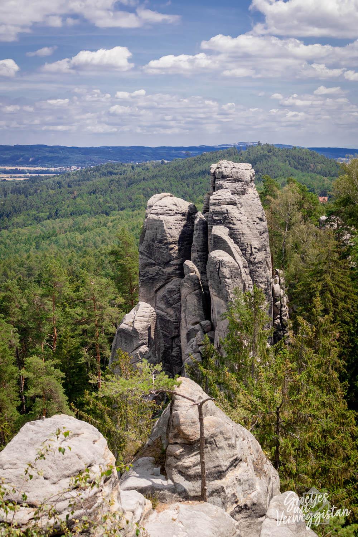 Twee uitstekende rotsen uit een bos in Tsjechië