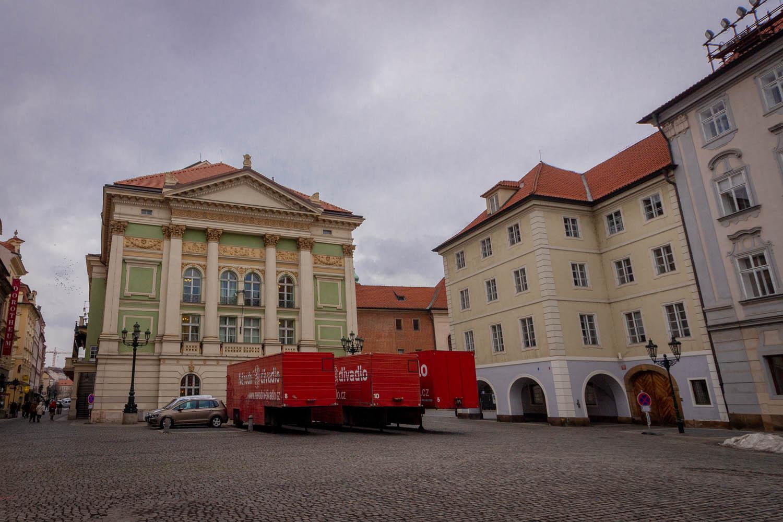 Het Statentheater in Praag met vrachtwagen voor de deur.