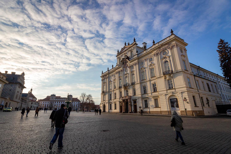 Witte gevel van het paleis van de aartsbisschop in Praag.