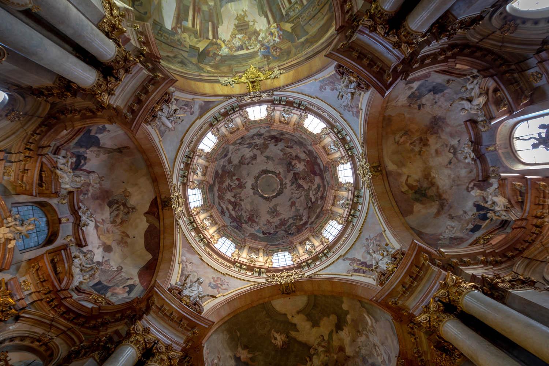 De koepel van de Sint-Nicholaaskerk in Praag vanaf beneden gezien.