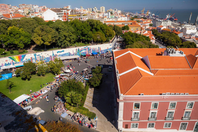 Uitzicht vanaf het dak van Igreja de São Vicente over de markt Mercado de Santa Clara in Lissabon.