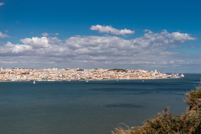 Uitzicht over de rivier Taag en Lissabon vanaf het café Cosasdegostar.