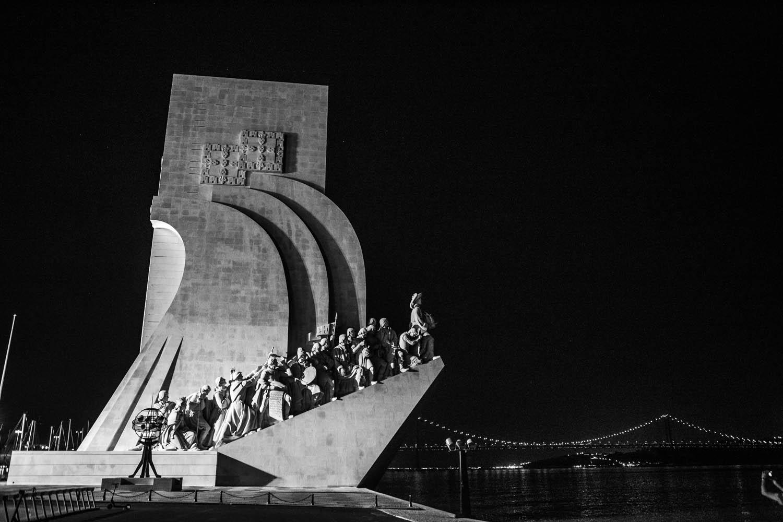 Een zwart-wit foto van het betonnen monument Padrão dos Descobrimentos op de boulevad in Lissabon