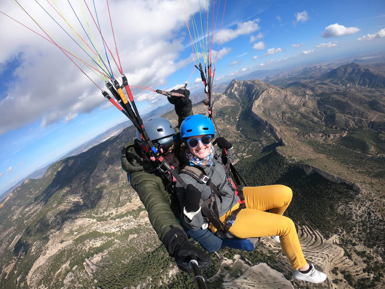 Manouk en piloot Juan maken een selfie tijdens het paragliden in Spanje.