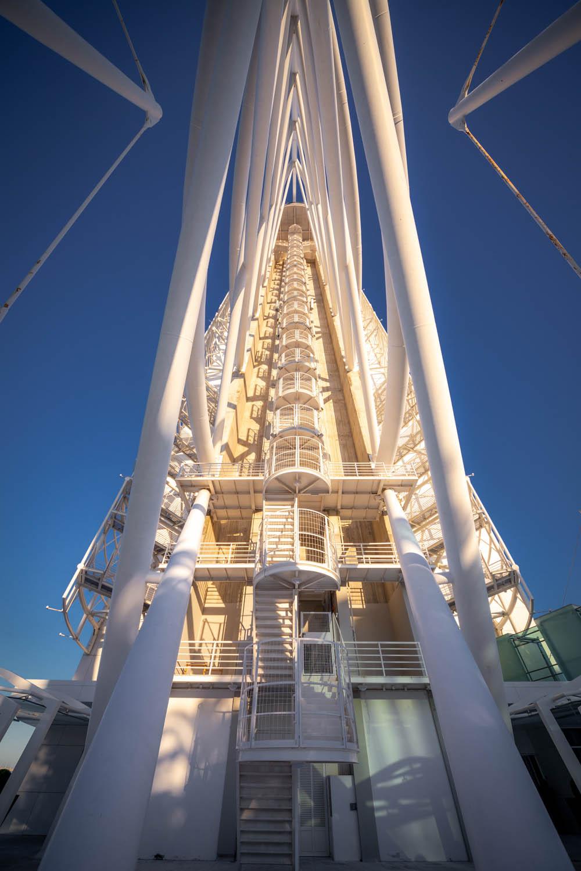 Torre Vasco Da Gama van onderaf. De grote stalen constructie ziet eruit als een zeil op een zeilschip, maar dan industriëler