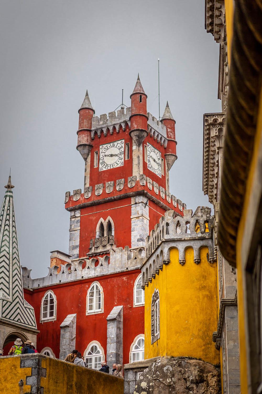 De rode klokkentoren bij het gele Pena Paleis in Sintra