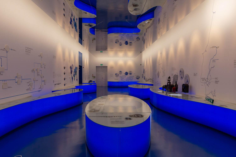 De vaste tentoonstelling in het watermuseum in Lissabon. Op de witte muren staat uitleg over onder andere het watercirculatiesysteem en de geschiedenis van de watervoorziening in Lissabon.