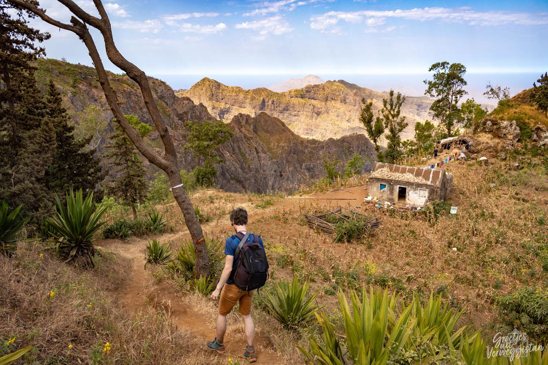 Hugo loopt over een wandelpad in de richting van een klein huisje in Serra Malagueta.