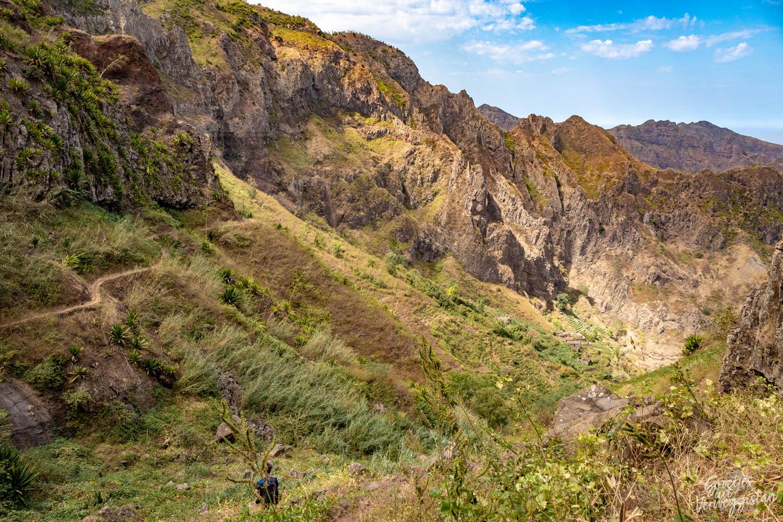 Een duidelijk slingerend pad langs de bergwand in Parque Natural Serra Malagueta.