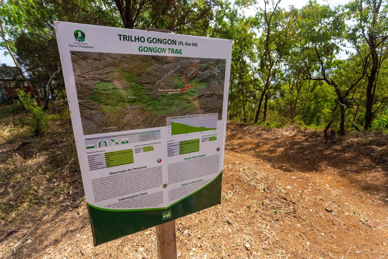 Het begin van de Gongon Trail in Serra Malagueta kun je herkennen aan een bordje met uitleg over de route.