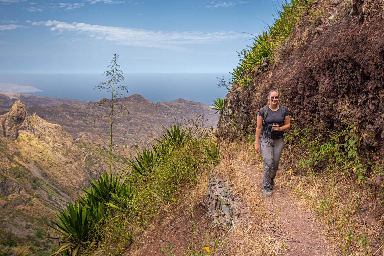 Manouk wandelt over een rand langs een berg in Parque Natural Serra Malagueta op Santiago in Kaapverdië.