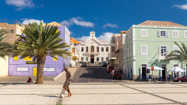Het centrale plein van Mindelo op São Vicente met kleurrijke gebouwen.