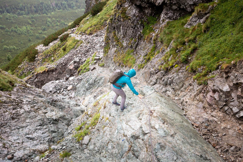 Manouk daalt af langs een heel steil stuk rots in het Tatragebergte met behulp van een ketting.