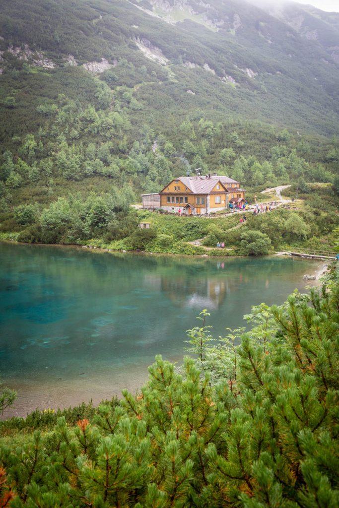 Het restaurant bij het groene meer Zelene Pleso in het Tatragebergte in Slowakije.