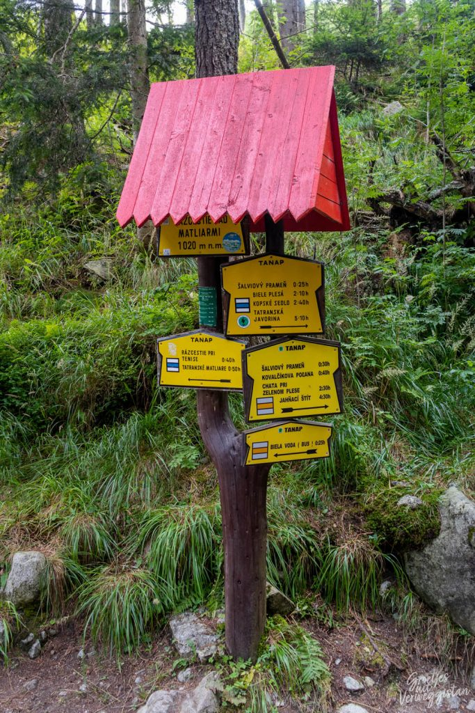 Routebordjes in het Tatragebergte in Slowakije.
