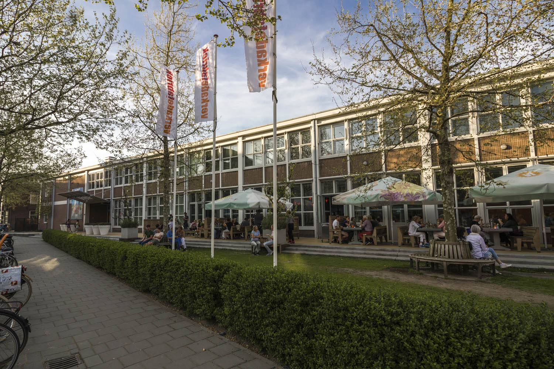 De buitenzijde van de Verkadefabriek in Den Bosch met vol terras.