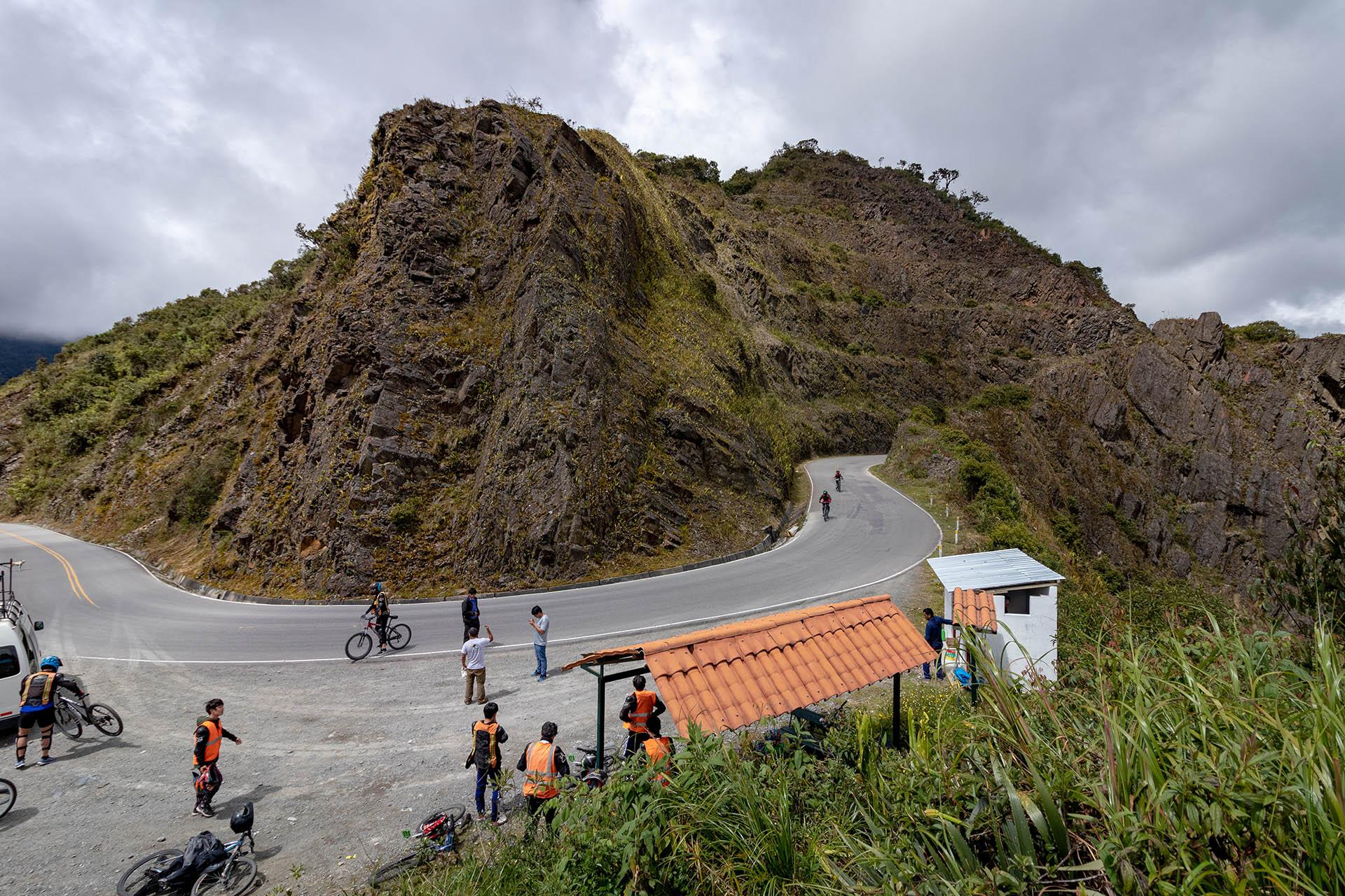 Mountainbikers komen de berg af tijdens de eerste dag van de Inka Jungle Trek.