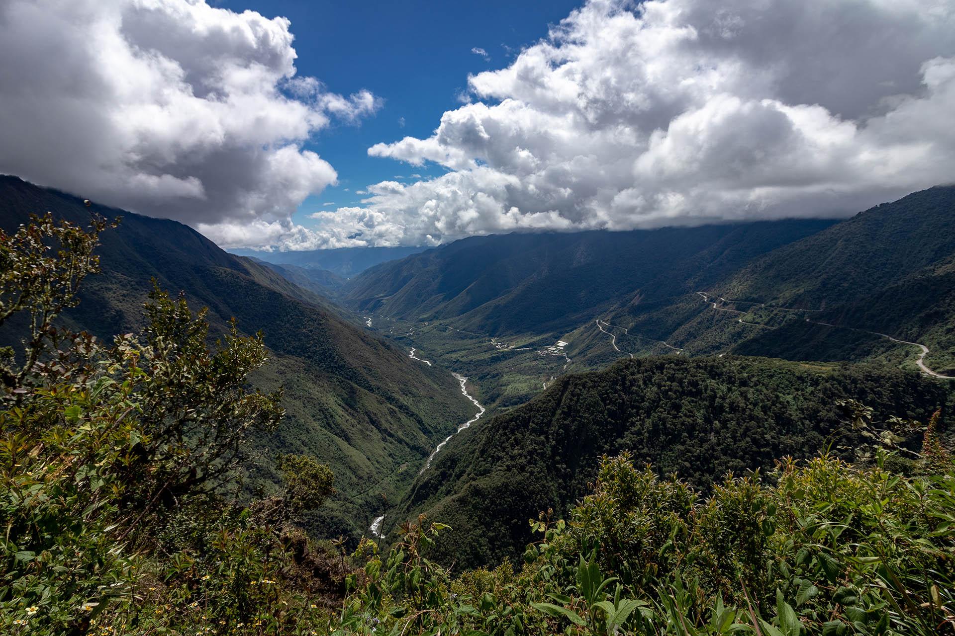 Uitzicht over het dal tijdens de mountainbike afdaling.