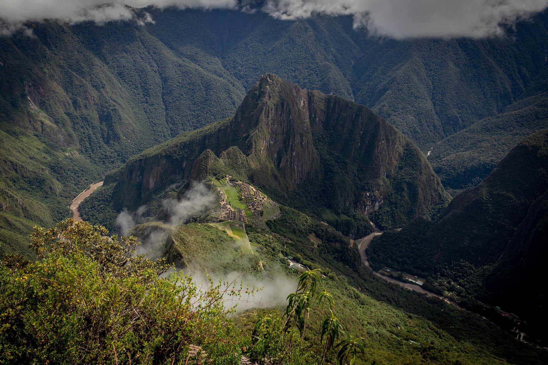 Machu Picchu gezien vanaf Machu Picchu Mountain, met Huayna Picchu op de achtergrond.