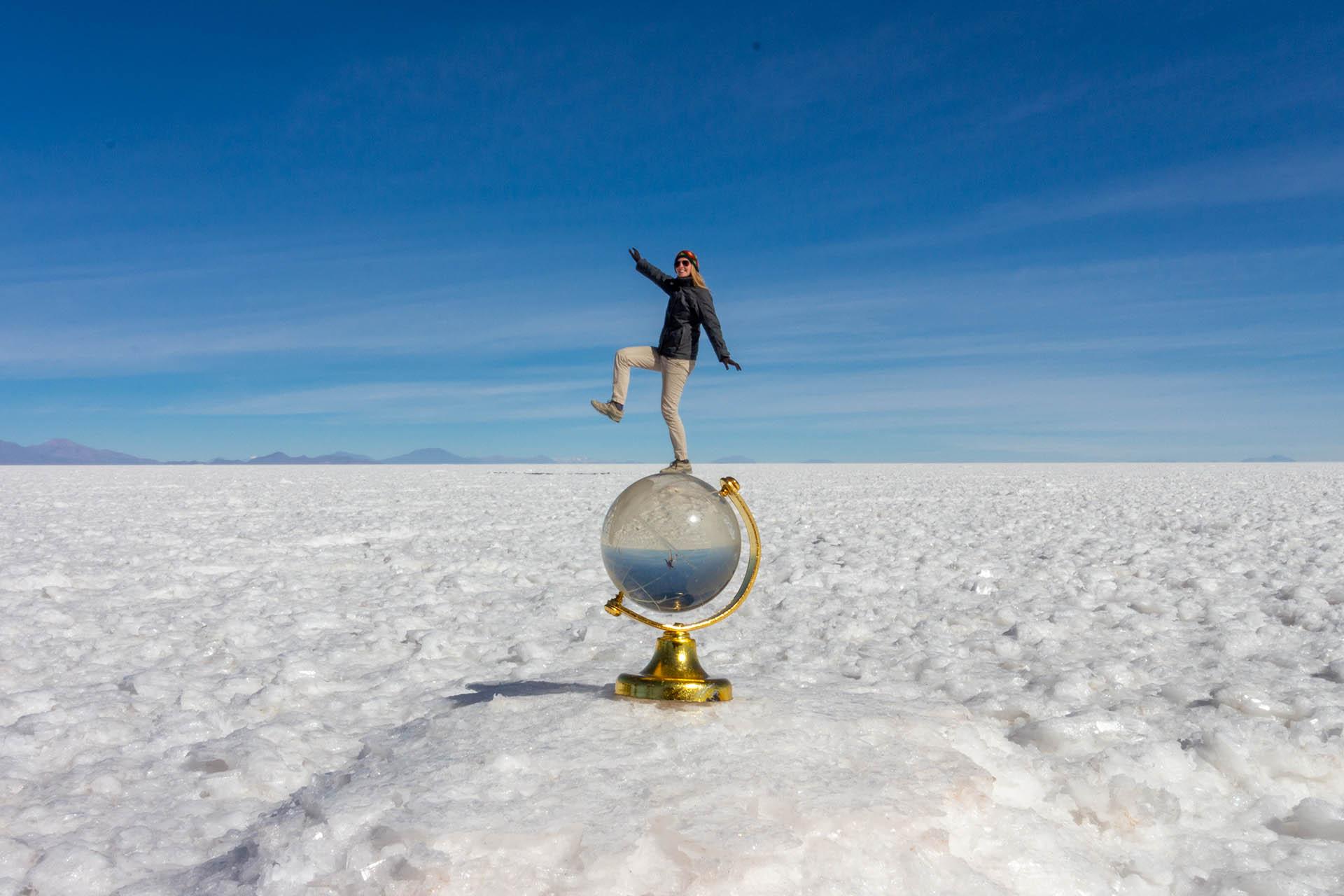 Manouk lijkt op een kleine wereldbol te staan door de illusies die je kunt creëren op de Salar de Uyuni.