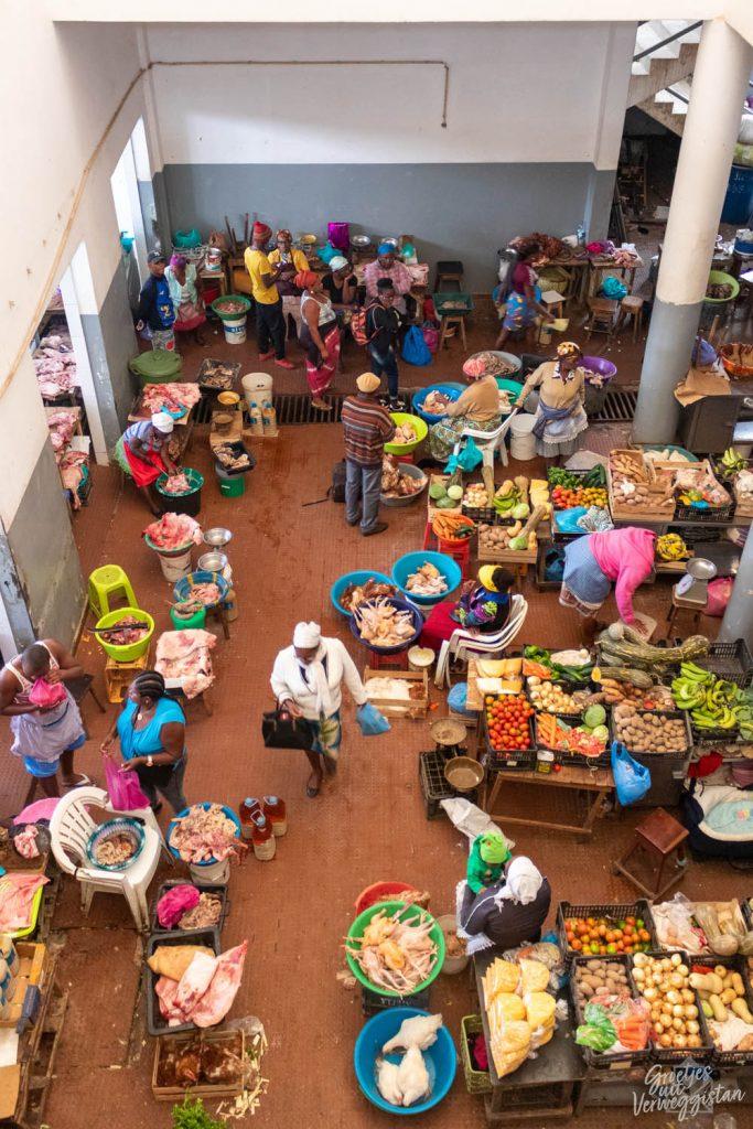 De Afrikaanse markt in Assomada op Kaapverdië met allerlei kraampjes met allerlei spullen.