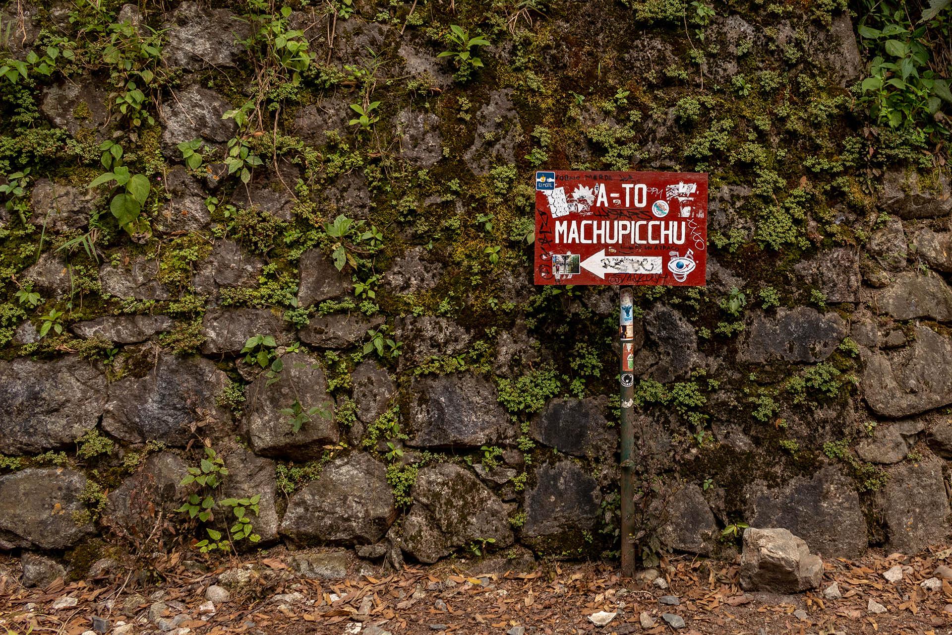 Start van de wandeling van Hidroeléctrica naar Machu Picchu met een bordje 'A-To Machu Picchu'