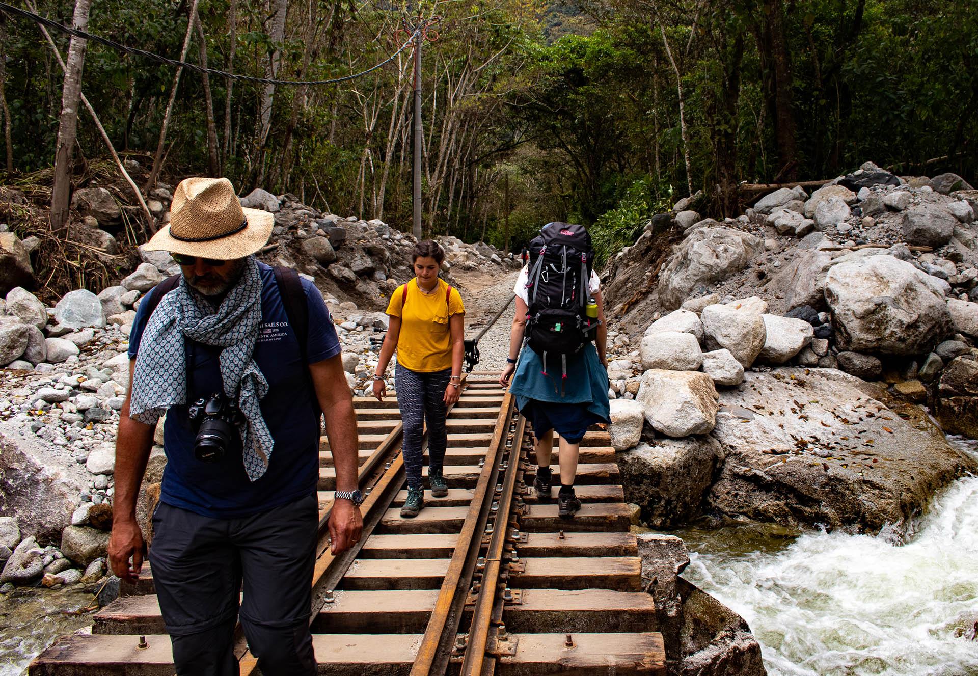 Kelly loopt met volle tas over het treinspoor naar Hidroeléctrica.