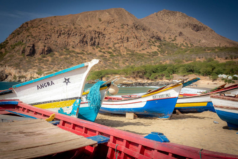 Kleurrijke bootjes op het witte zandstrand van Tarrafal op Santiago.