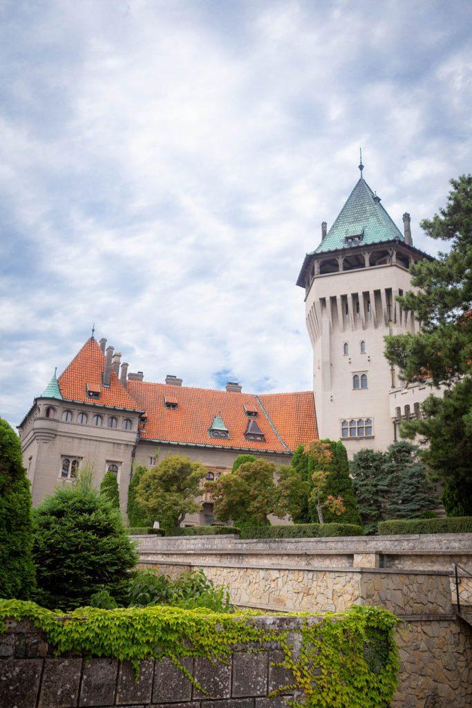 Het kasteel van Smolenice in Slowakije van voren gezien, met de toren en een zijvleugel.