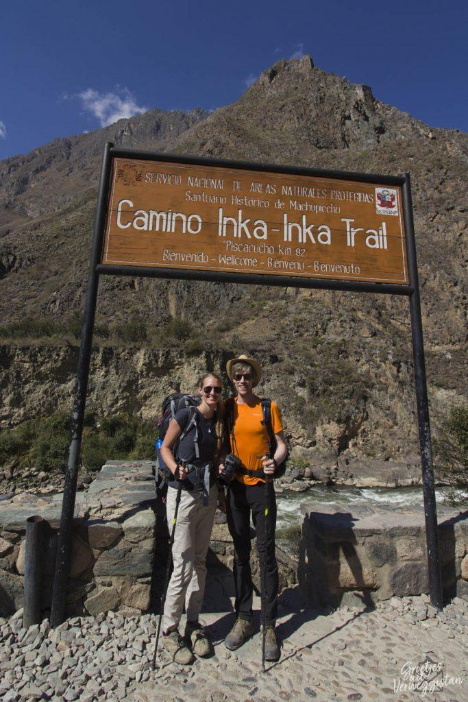 Manouk en Hugo onder het bord Camino Inka Trail op de Inca Trail in Peru.