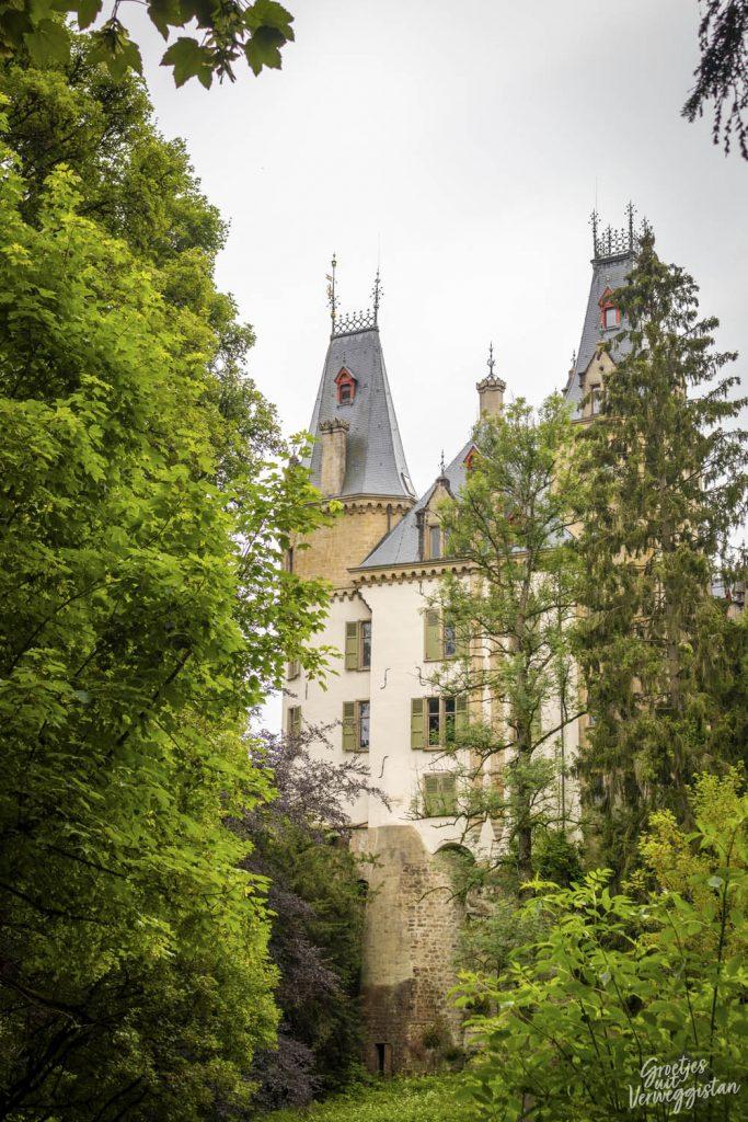 Kasteel Meysemburg tussen de bomen in Luxemburg.