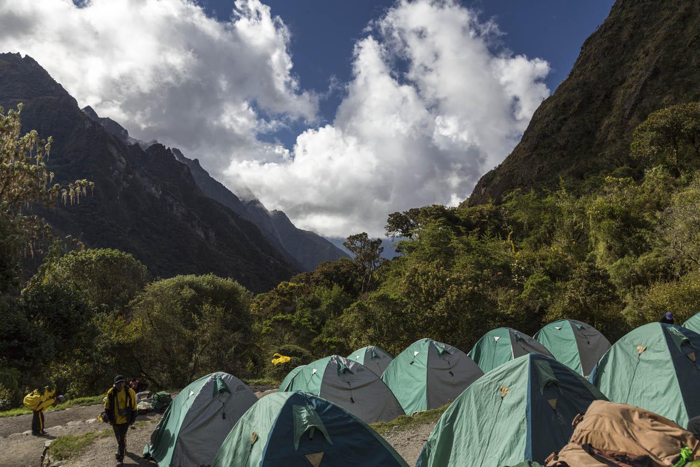 Groene koepeltentjes voor een prachtig bergachtig uitzicht tijdens de Inca Trail.