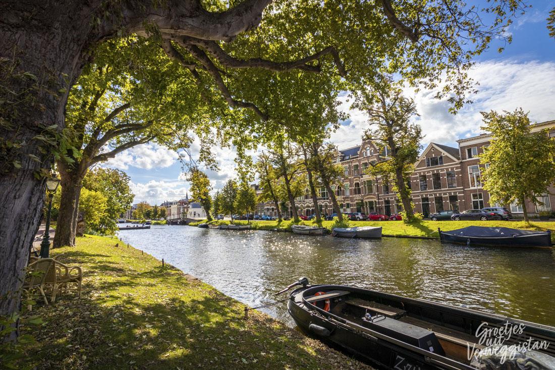 De grachten van Leiden op een zonnige dag.