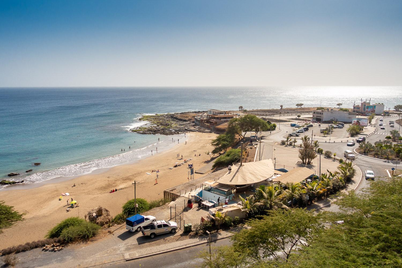 Uitzicht vanaf het hotel in Praia over de oceaan en het strand in Kaapverdië.
