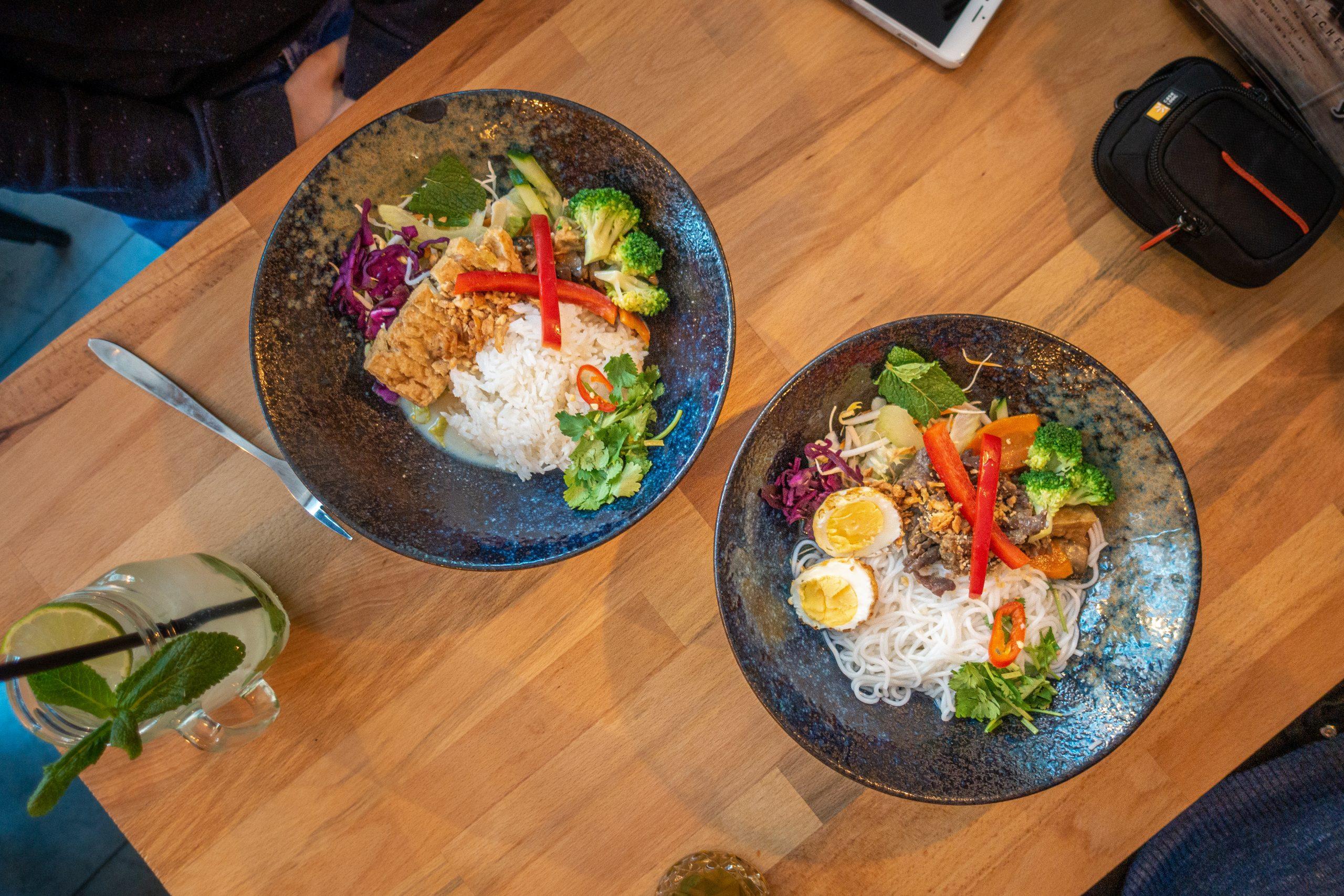 Twee kommen met lunch van ChAo Viet Kitchen